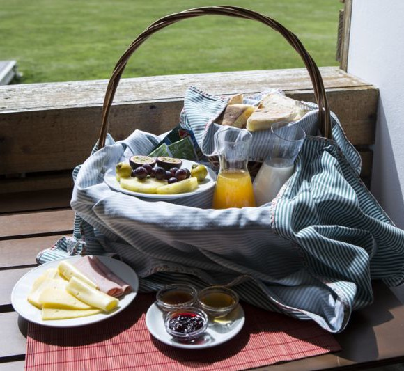 T1-breakfast-basket-580x533.jpg