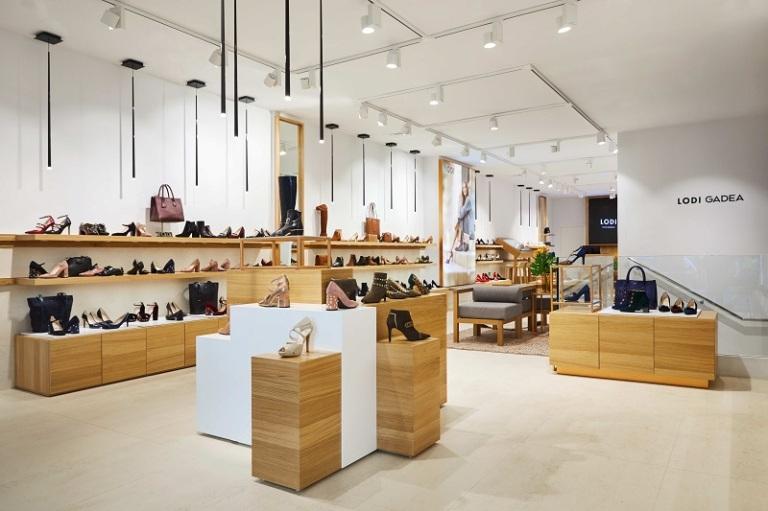 La iluminación ha sido diseñada para realzar al máximo tanto los materiales  como los detalles de los bolsos y los zapatos que se pueden adquirir en  esta ... 2e4fb28b89da
