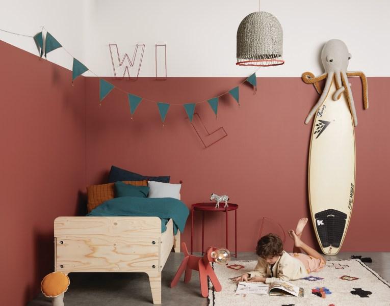Habitación infantil pintada con Majestic Resist de Jotun en el color 2859 Whispering Red